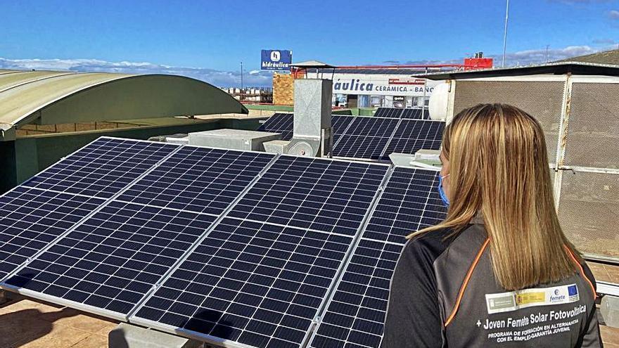 Alumnos de un curso de Femete visitan una planta fotovoltaica de autoconsumo
