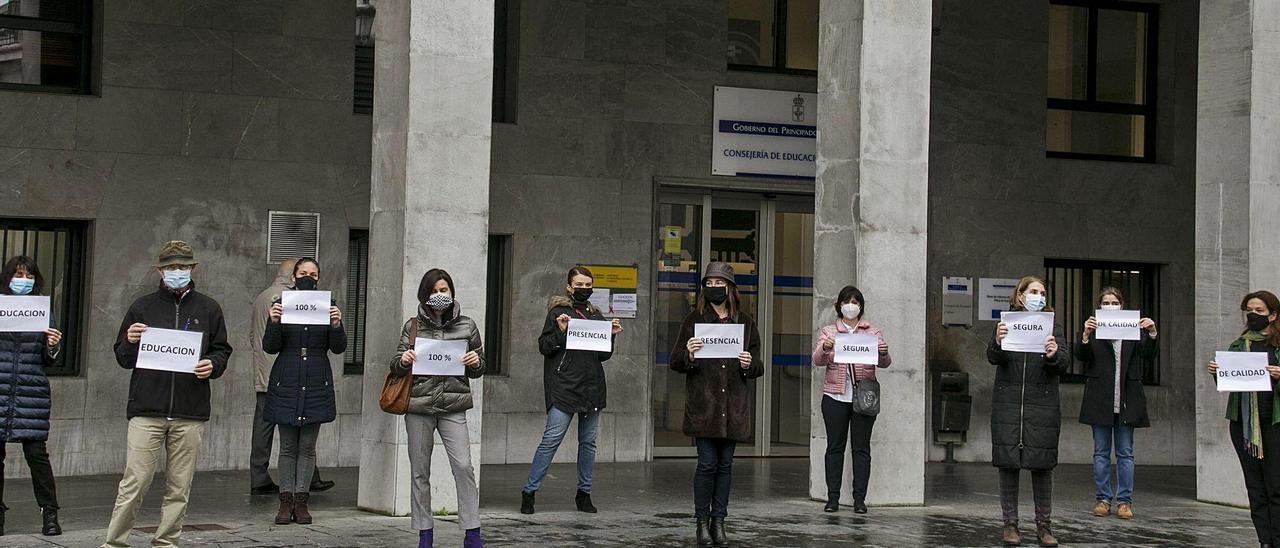 Un grupo de padres, protestando contra la semipresencialidad a las puertas de la Consejería de Educación.