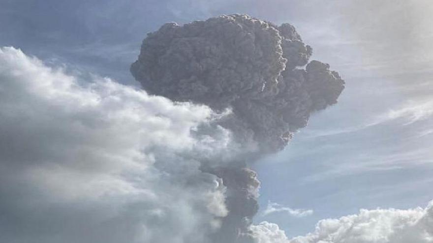 La nube de cenizas del volcán del Caribe, lejos de Canarias