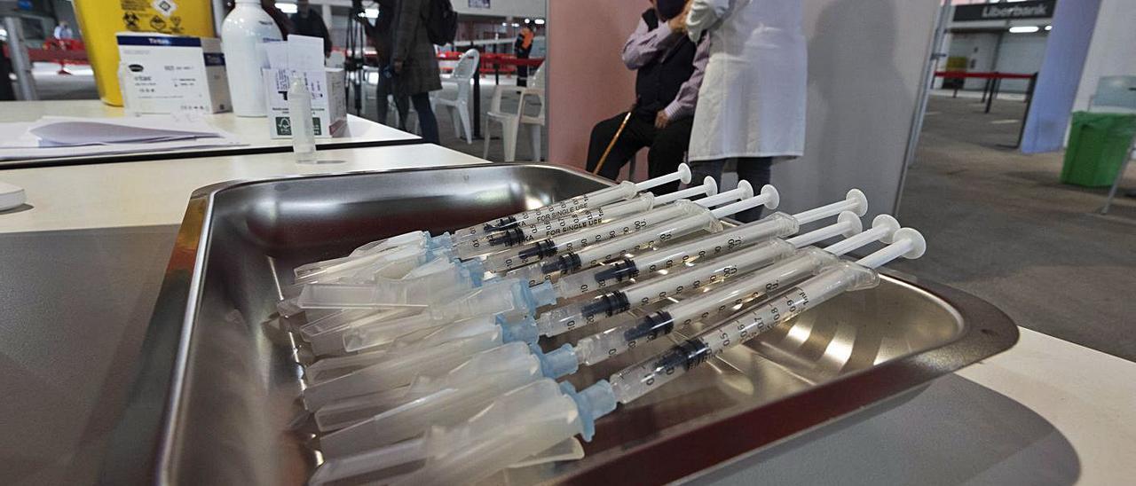 Punto de vacunación del covid-19 instalado en Mieres.