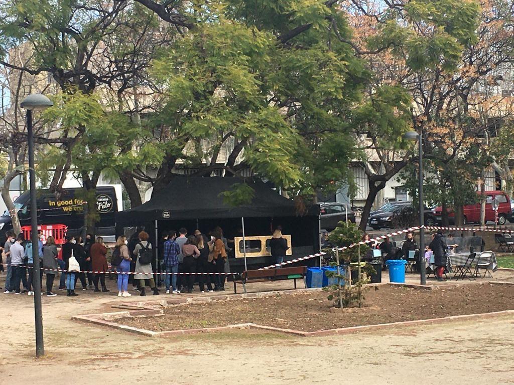 Sorpresa en Blasco Ibáñez ante la presencia de un chiringuito lleno de gente