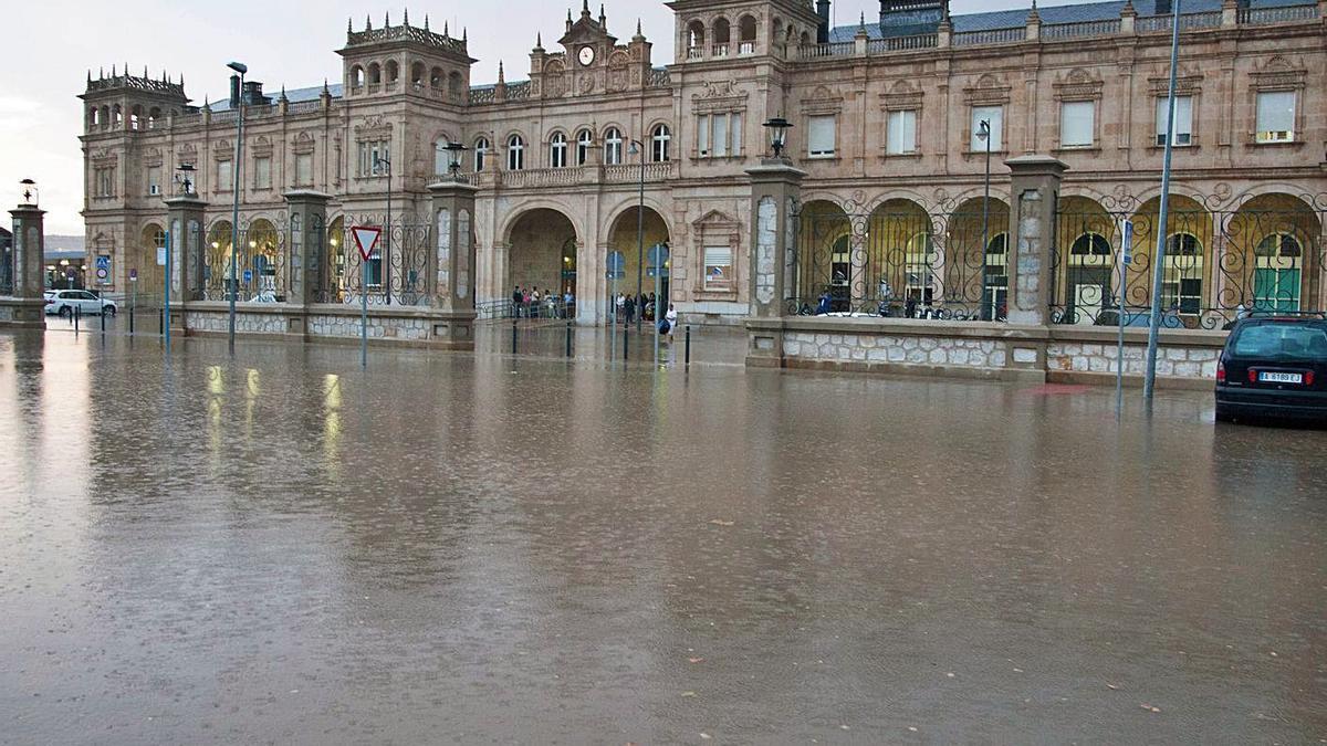 El entorno de la estación de trenes completamente inundado tras una tormenta.