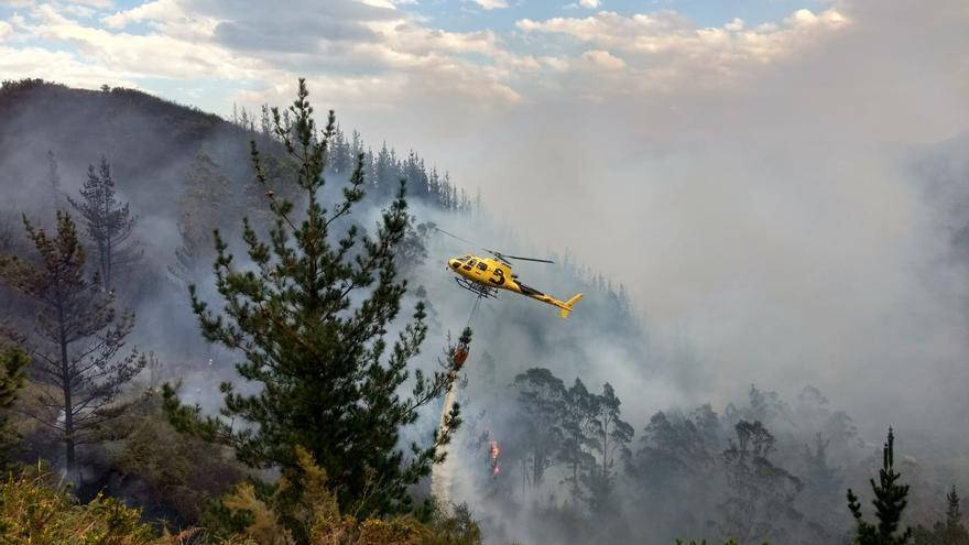 El calor extiende el fuego por el Oriente: el viento complica un incendio en Ribadesella