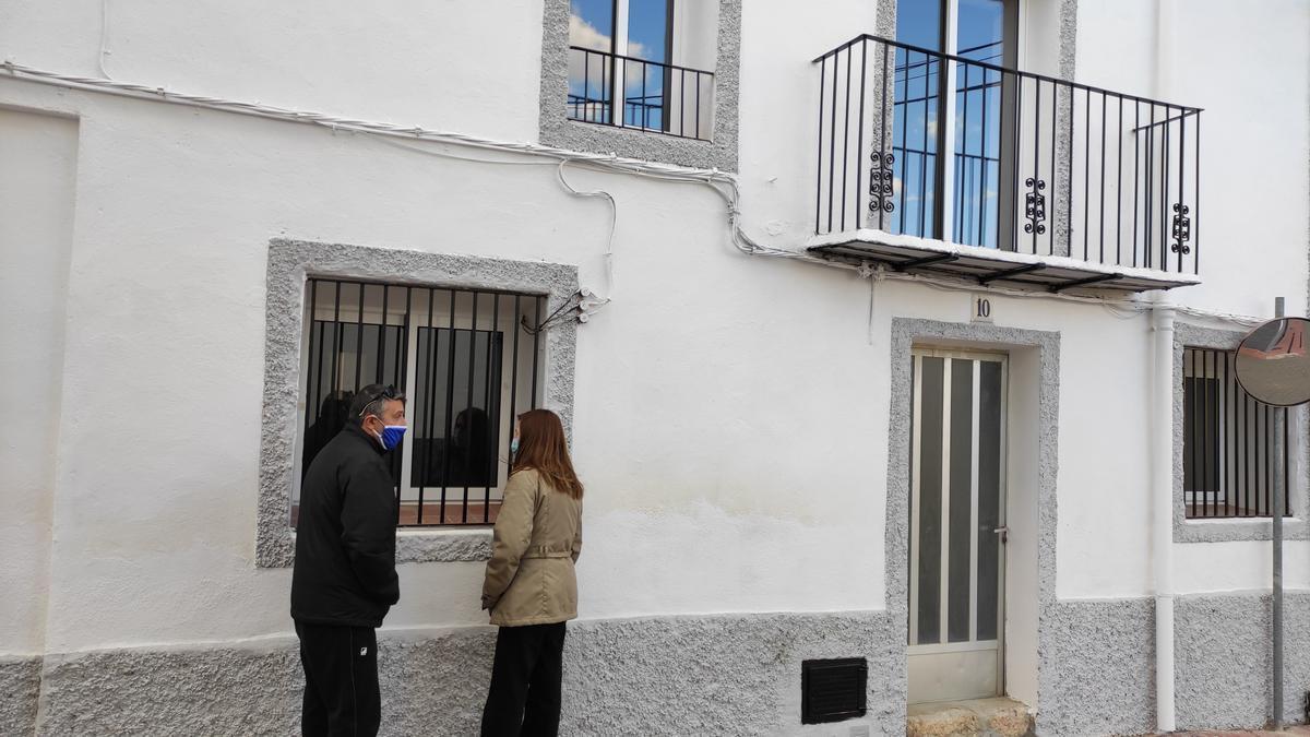 Un matrimonio observa la fachada de la Casa Abadía, que es la vivienda gratis que ofrece el Ayuntamiento de la Torre d'en Doménec para los nuevos vecinos.