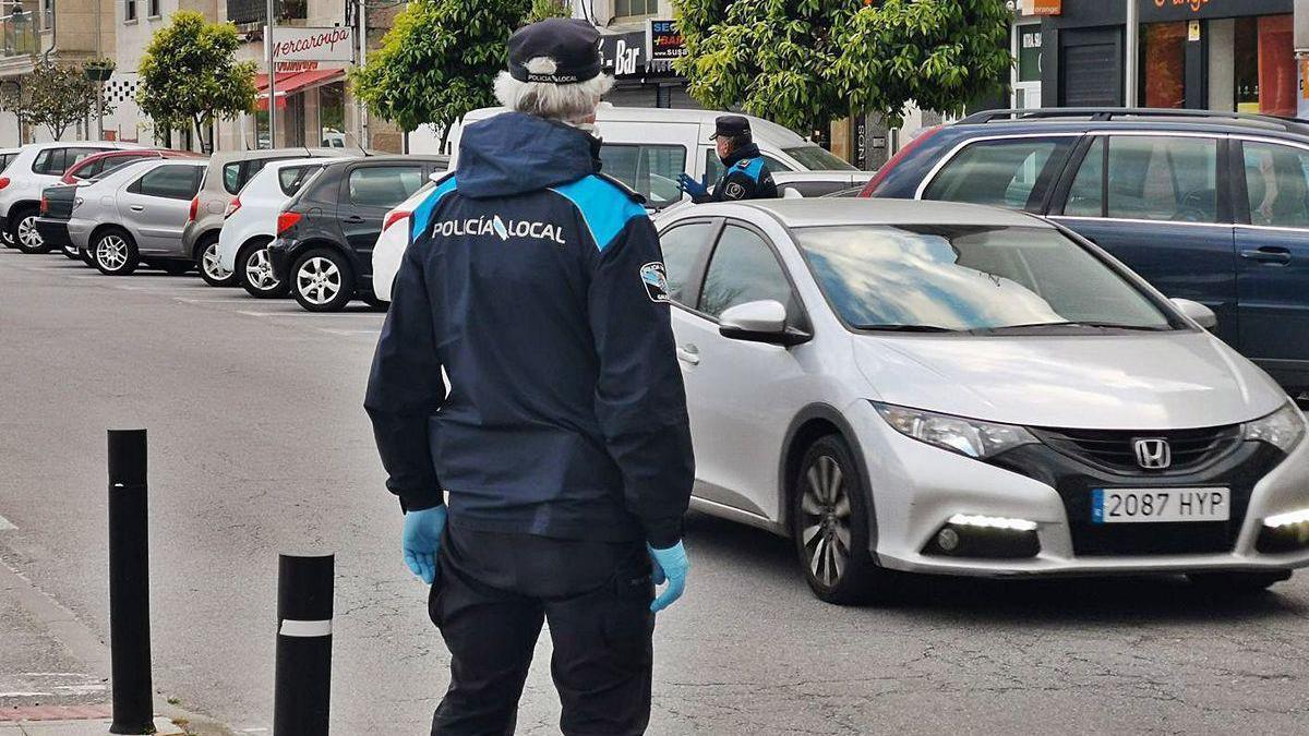 Agentes de la Policía Local de Moaña durante un control de vehículos en el centro.