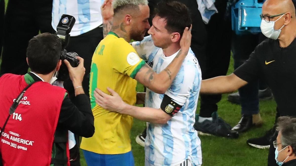 Neymar y Messi se saludan tras concluir la final.