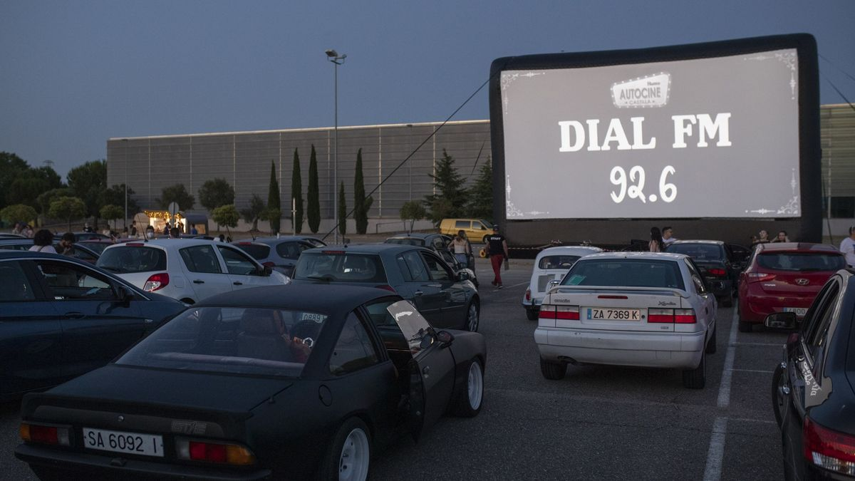 Vista de la pantalla de cine con los vehículos aparcados