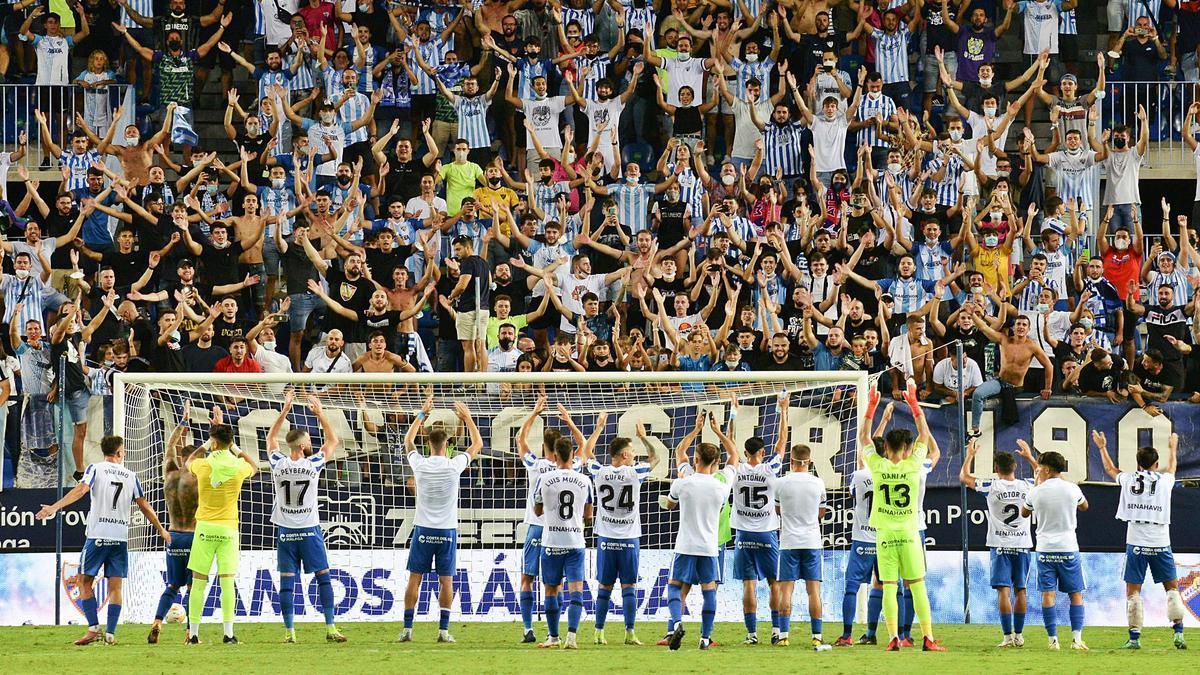 Jugadores y afición celebranla victoria frente al Gironaen La Rosaleda