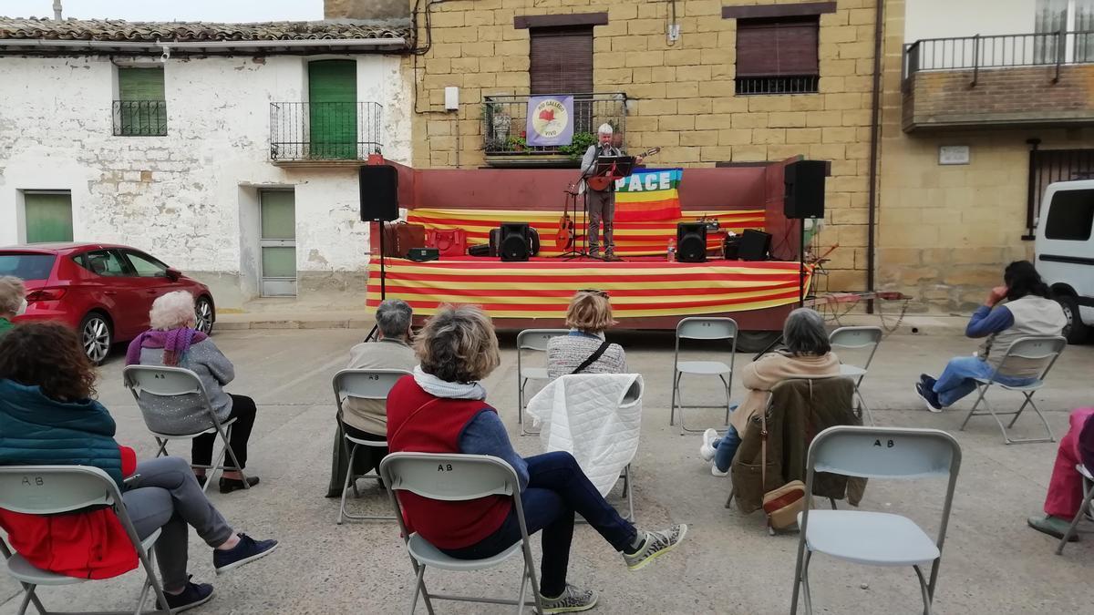 Concierto del artista Javier López en la plaza de Biscarrués.