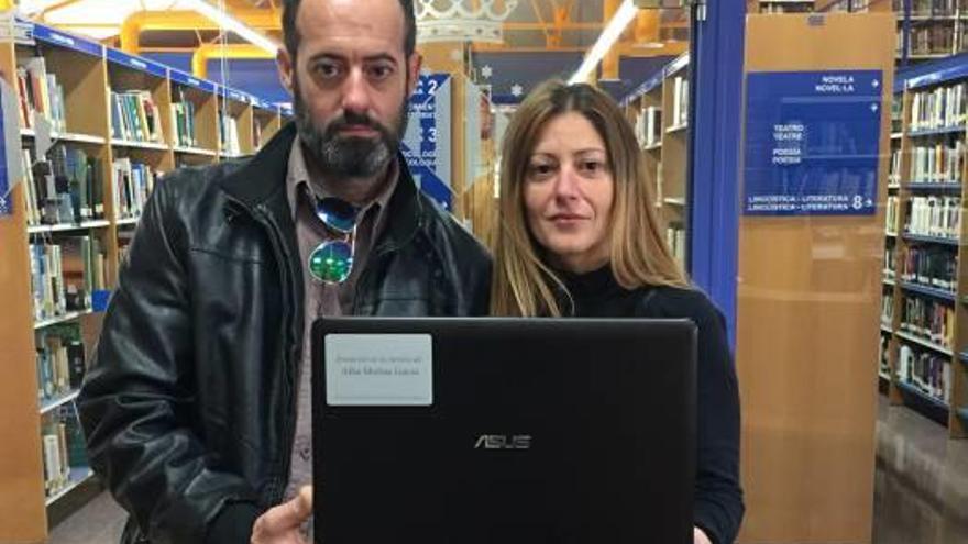 La familia de Alba Molina dona material a la biblioteca