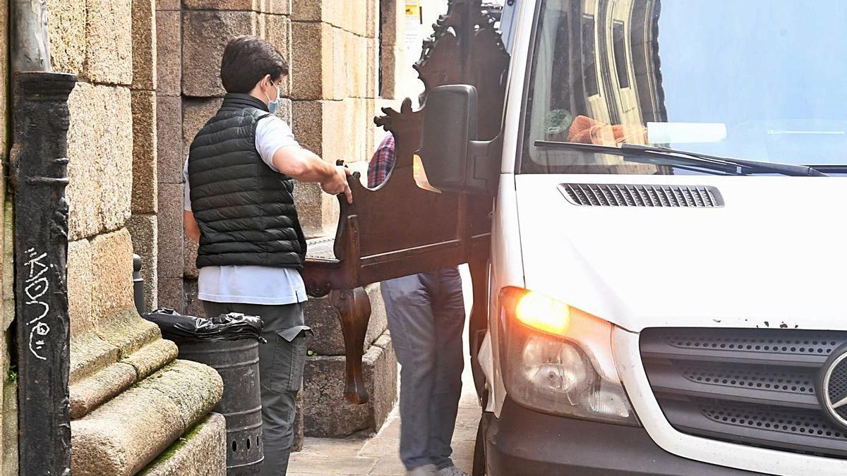 Operarios trasladan en una furgoneta el mobiliario de la casa Cornide. |   // CARLOS PARDELLAS