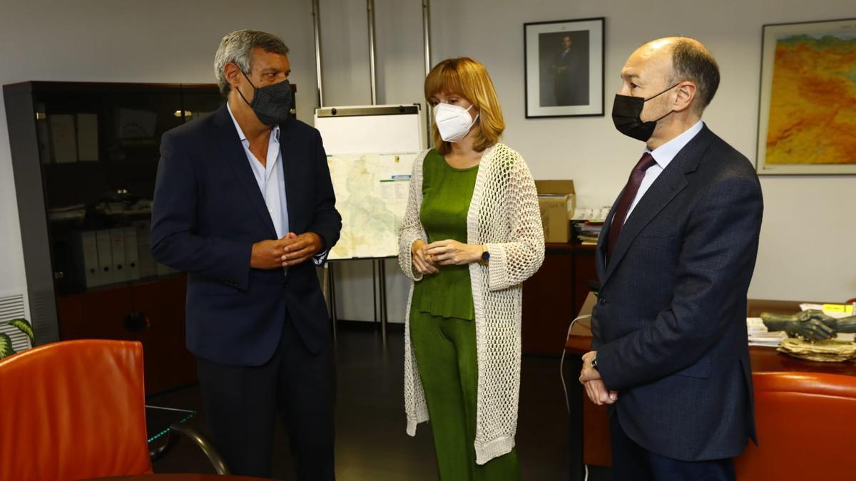 Pilar Alegría charla con Fernando de Miguel, director provincial del Sepe, ayer.