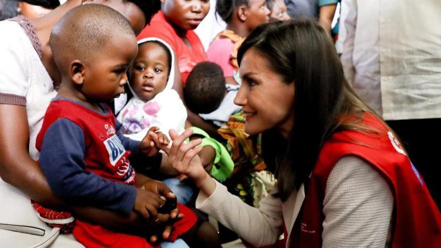 La Reina se viste el chaleco de cooperante en Mozambique