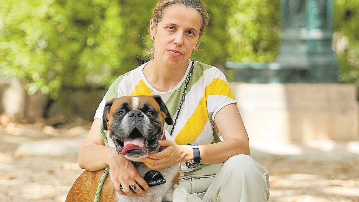 Elena Lis, fotografiada en   València el pasado jueves   junto a Dallas, el perro de su   hermano Jorge.