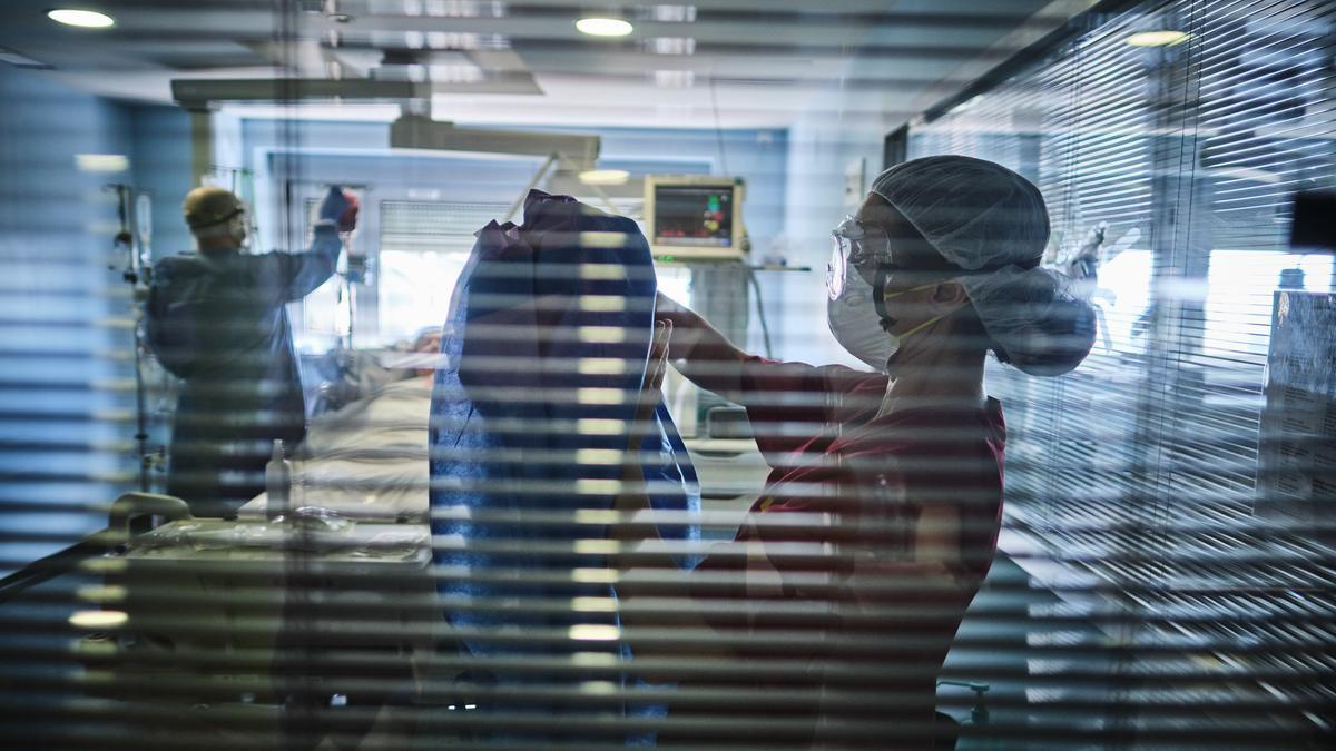 Una enfermera se prepara para atender a un paciente Covid-19 en la UCI del Hospital de La Candelaria