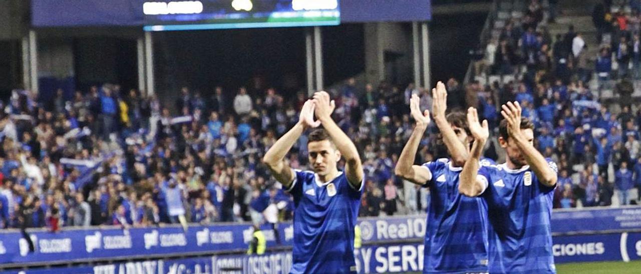 Los jugadores del Oviedo celebran la victoria en el derbi de 2018. | M. L.