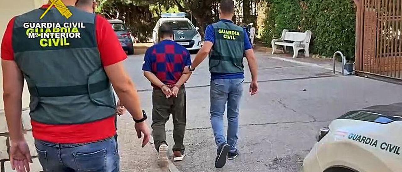 Los agentes llevan enmanillado al detenido.   GUARDIA CIVIL