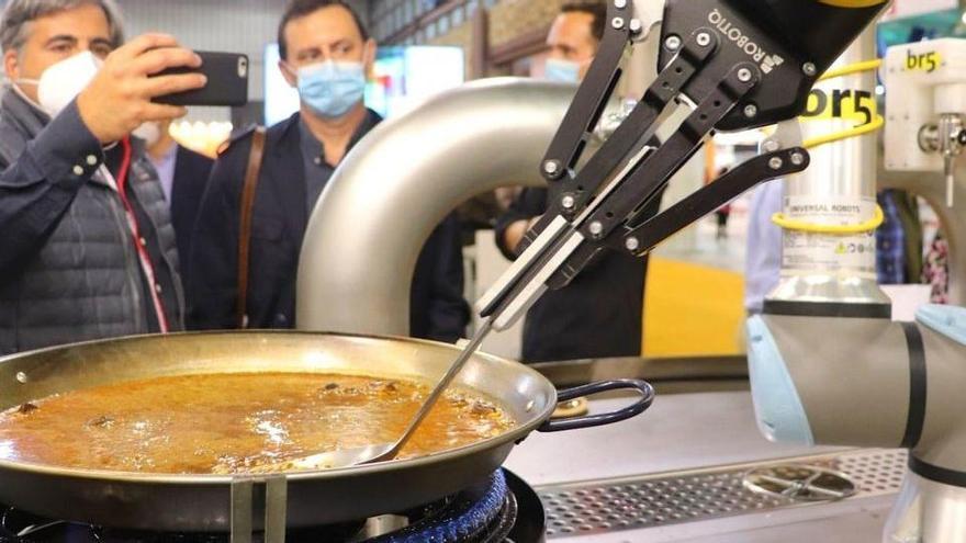El robot que fa la paella sense ajuda de ningú