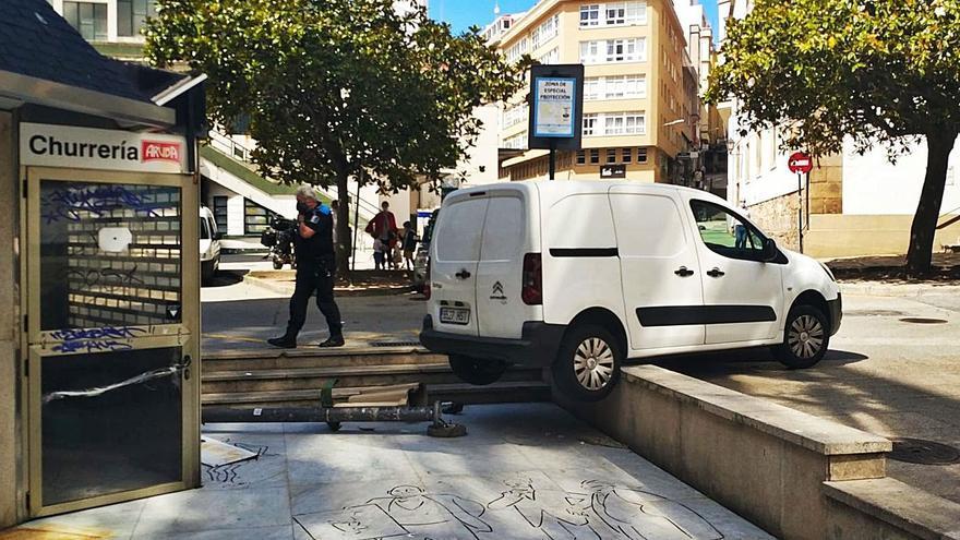 Una furgoneta se sube al muro de la plaza del Humor