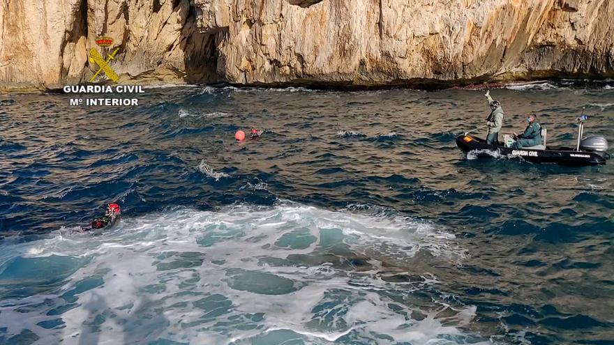 """La Guardia Civil extrae """"redes fantasma"""" en l'Illa del Descobridor y la cala de Llebeig"""