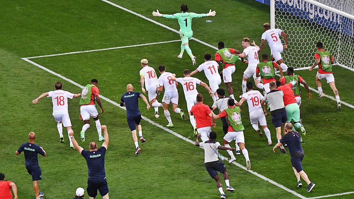 Los jugadores suizos acuden a felicitar a Sommer. |  // DANIEL MIHAILESCU