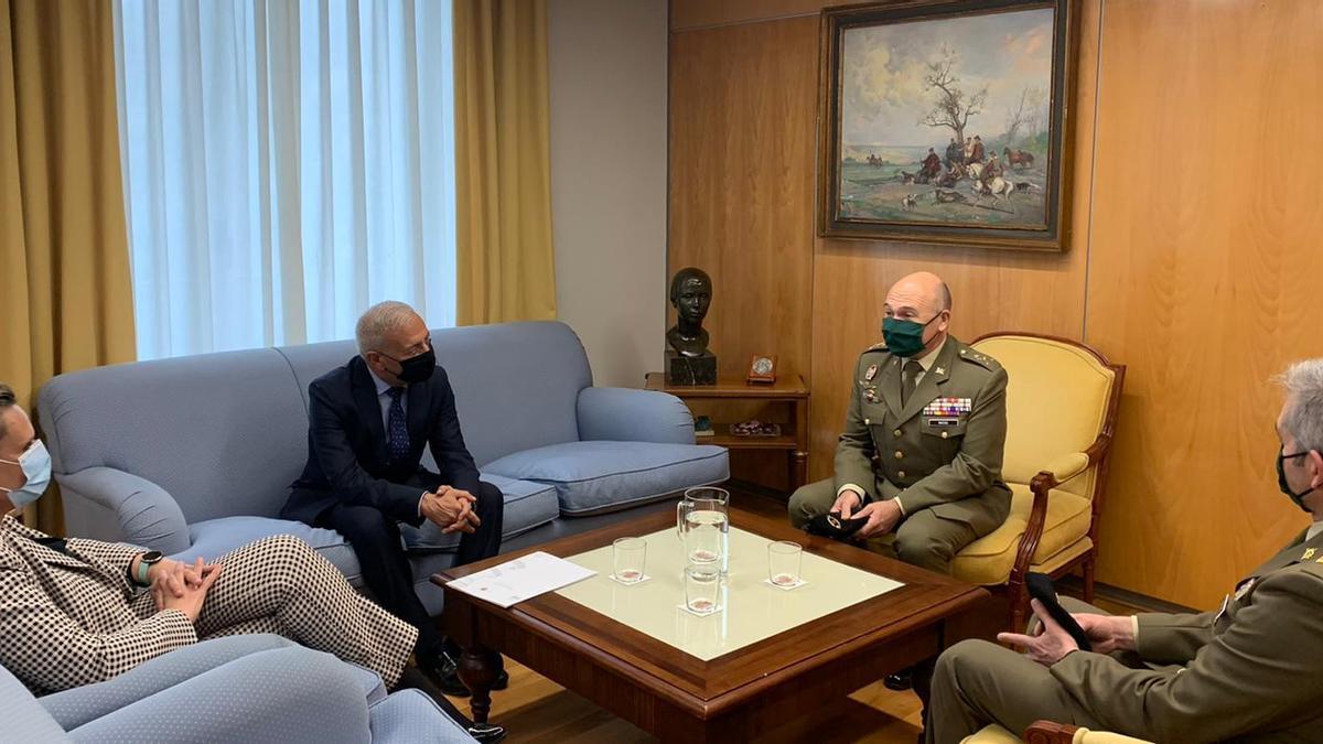 La delegada del Gobierno, ayer, con el nuevo general de la base de Bótoa.