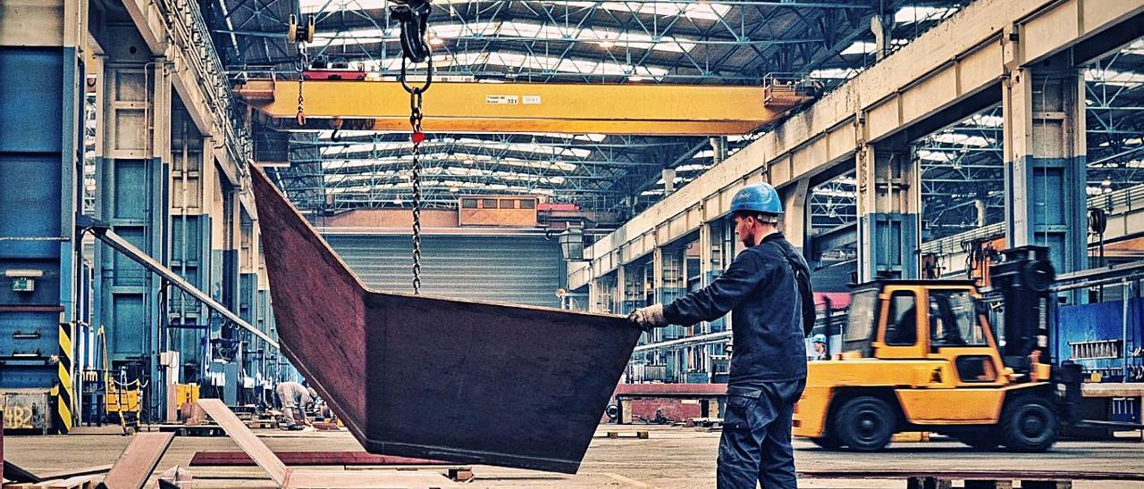 Trabajador del astillero alemán MV Werften, en las instalaciones de Rotstock. |   // MV WERFTEN