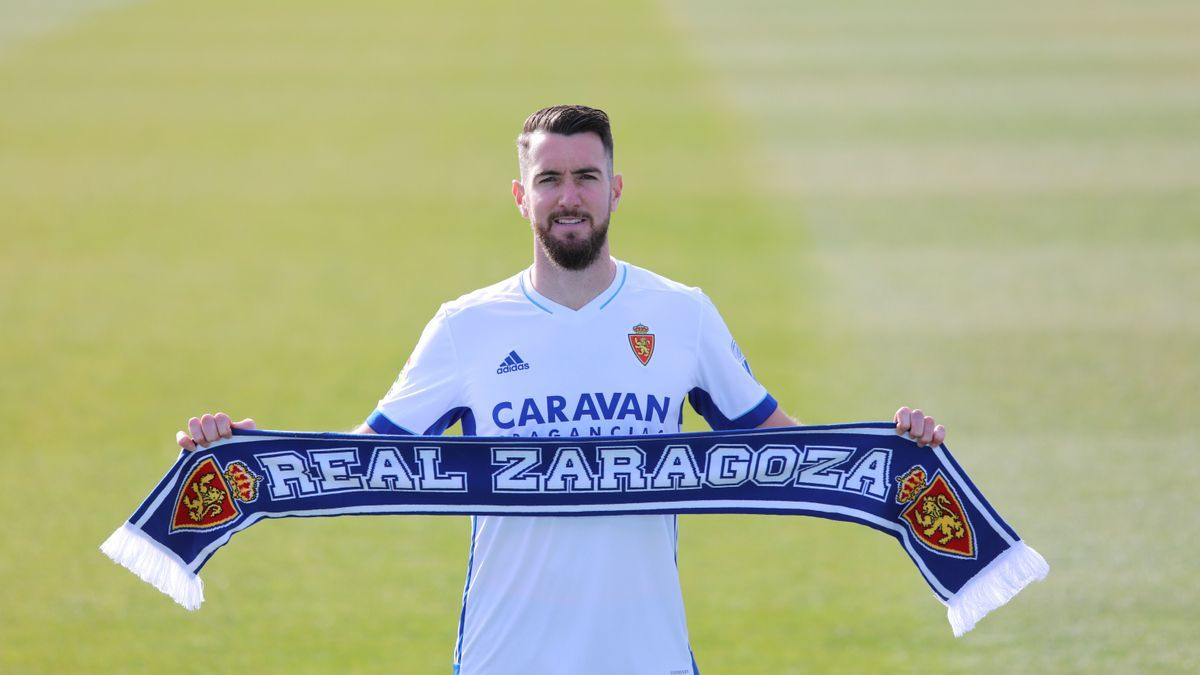 Peybernes, con una bufanda del Real Zaragoza en su presentación.