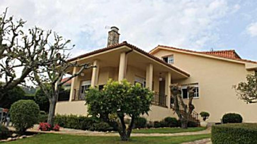 375.000 € Venta de casa en Teo, 5 habitaciones, 3 baños...