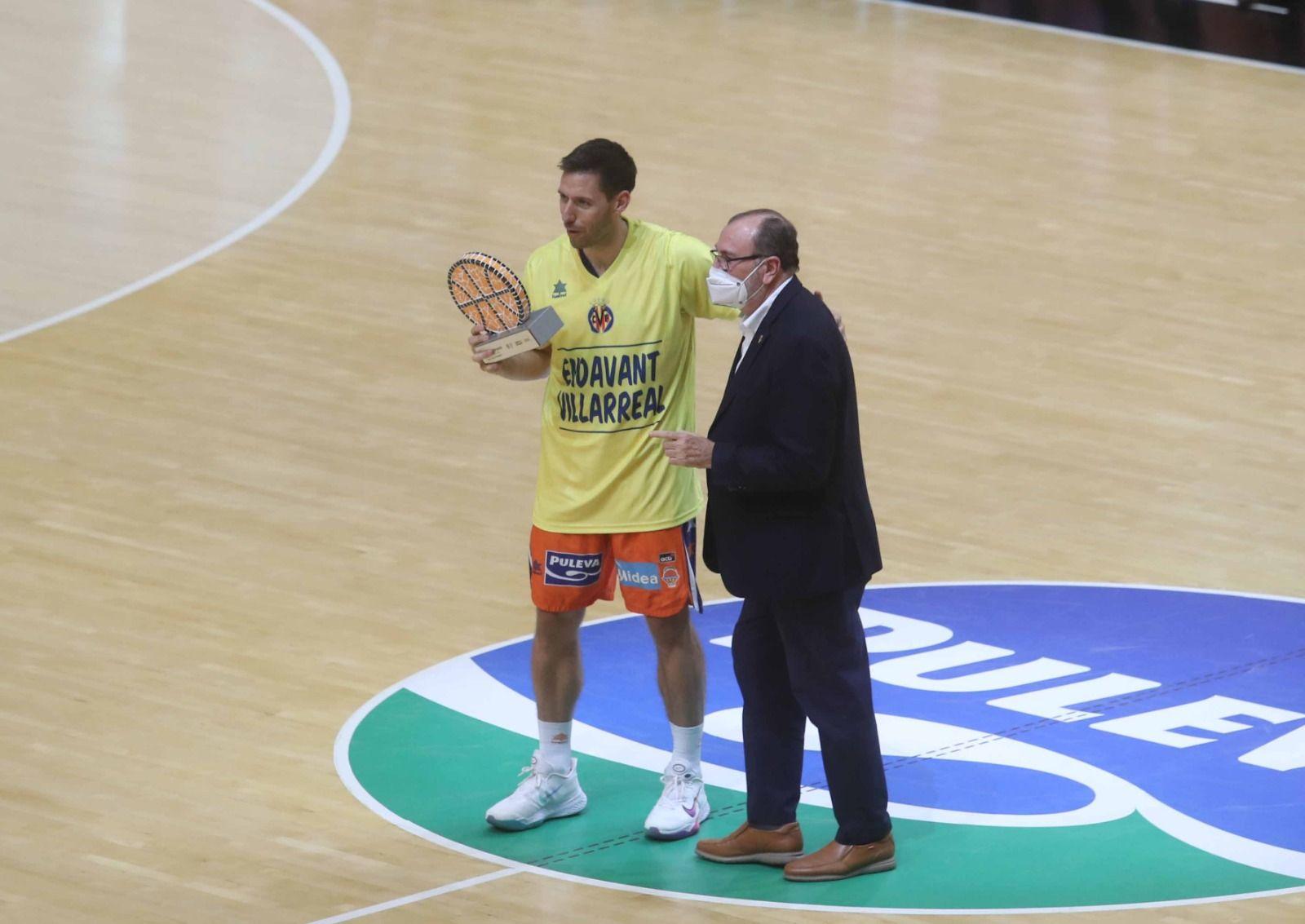 Homenaje del Valencia Basket al Villarreal