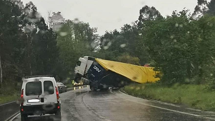 Un accidente de un camión en Baloira se salda sin heridos