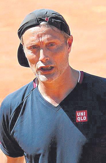Mads Mikkelsen cambia las copas por la raqueta en Peguera