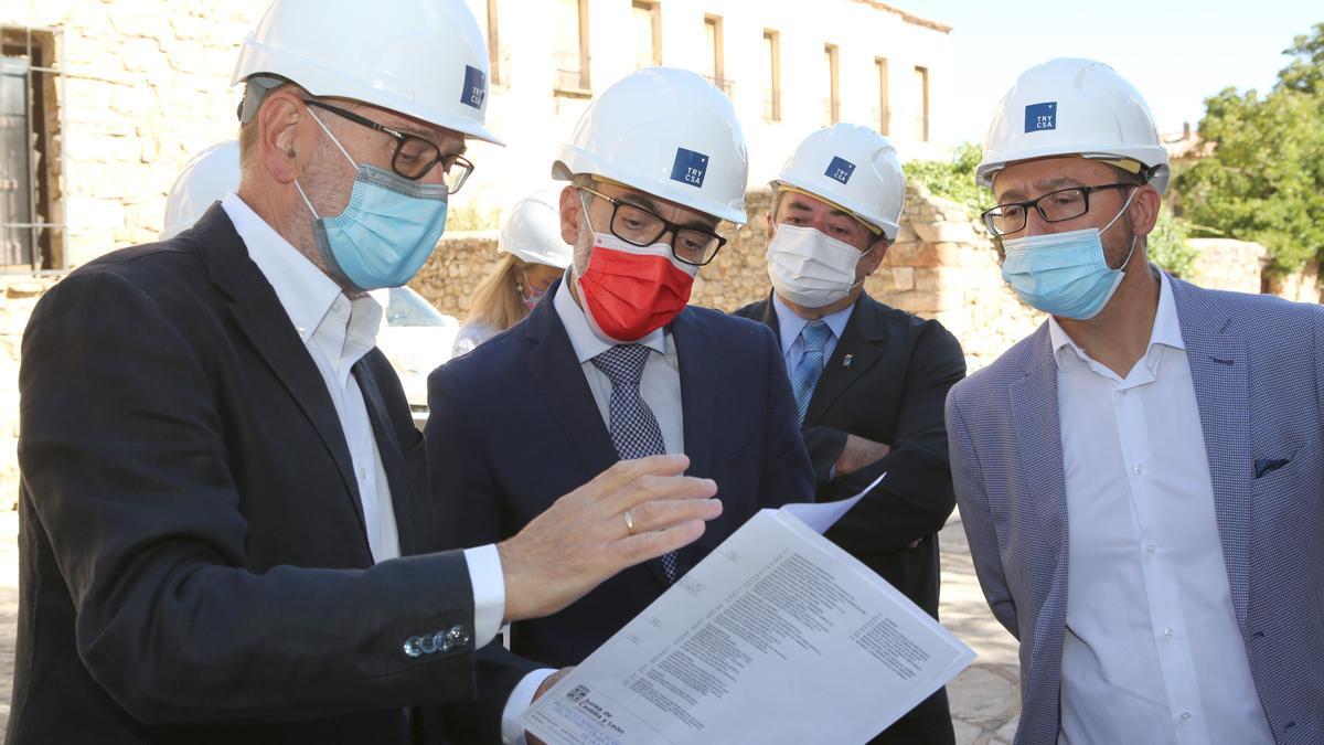El consejero de Turismo durante su visita a las obras de la colegiata de Medinacelli.