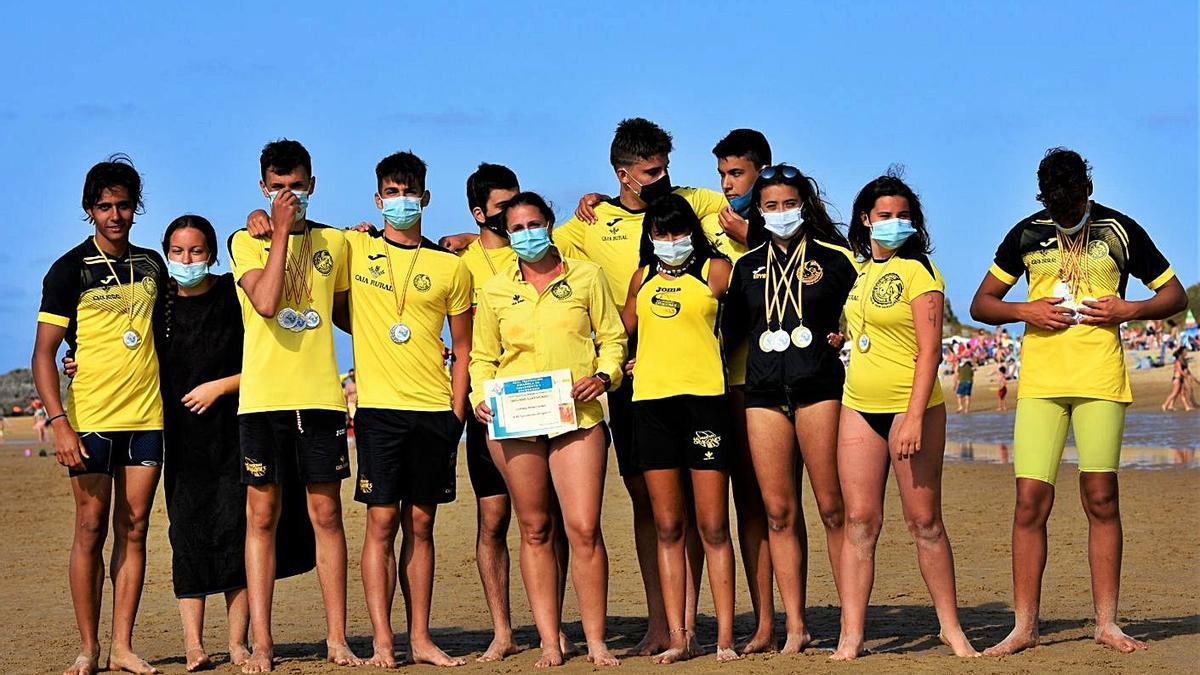 Foto de familia de los juveniles del Dragones Caja Rural. | Cedida