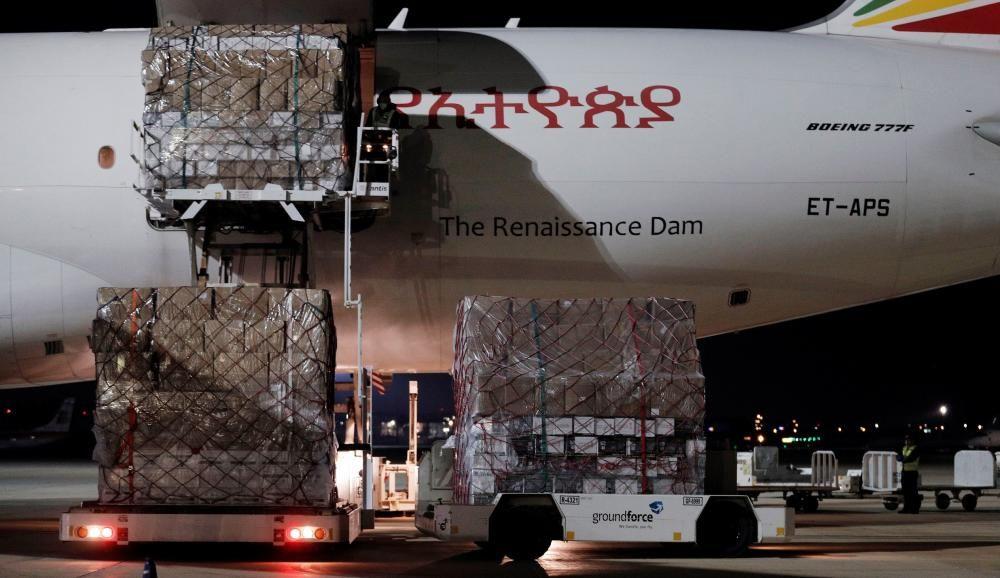 Comienza el reparto del material sanitario que llegó anoche en el avión fletado por el Consell.
