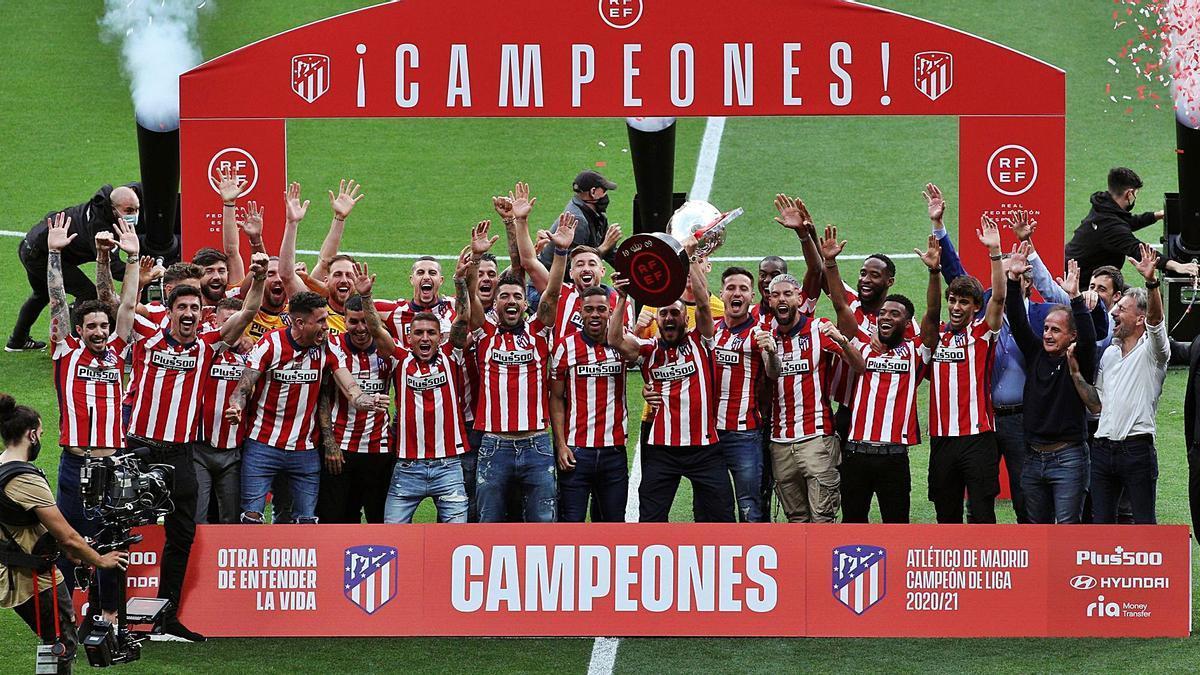 Los jugadores del Atlético de Madrid levantan el trofeo de campeón sobre el césped del Metropolitano. // EFE