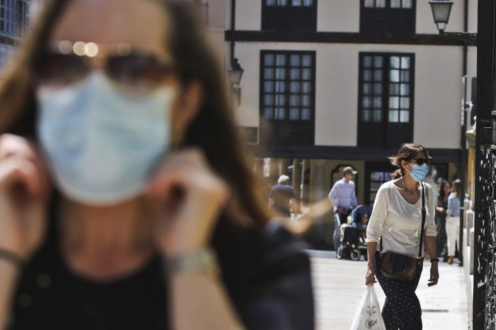Mascarillas de todos los colores en Asturias en el primer día de uso obligatorio