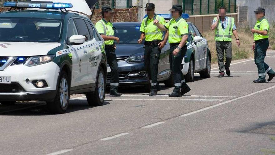 Patrulla de la Guardia Civil en el momento de la detención del conductor, en la carretera de Cubillos.