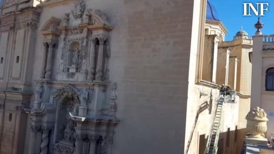 La calle de La Fira de Elche seguirá cerrada y sin fecha hasta que se arregle la fachada de Santa María