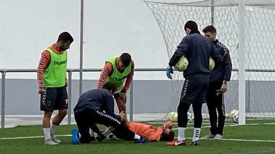 Santi Figueroa da el susto al retirarse del entrenamiento por un golpe en el tobillo