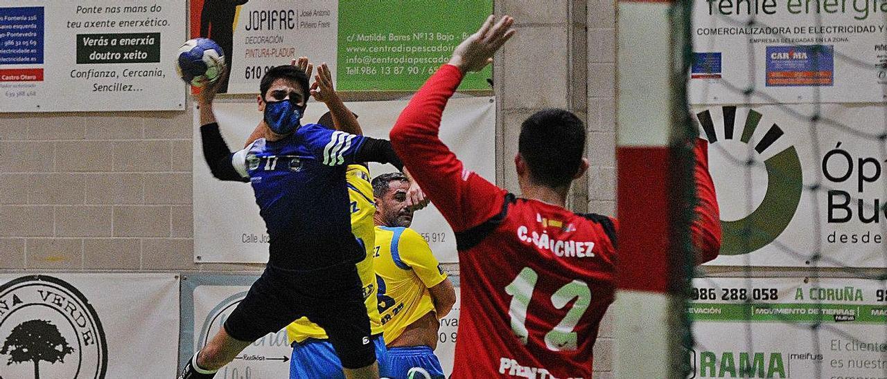 José López lanza a puerta en un encuentro de esta temporada disputado en Bueu.    // GONZALO NÚÑEZ