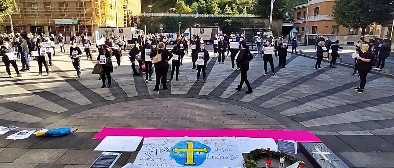 Una protesta de hosteleros ante el Ayuntamiento de Mieres el pasado mes de noviembre. | LNE