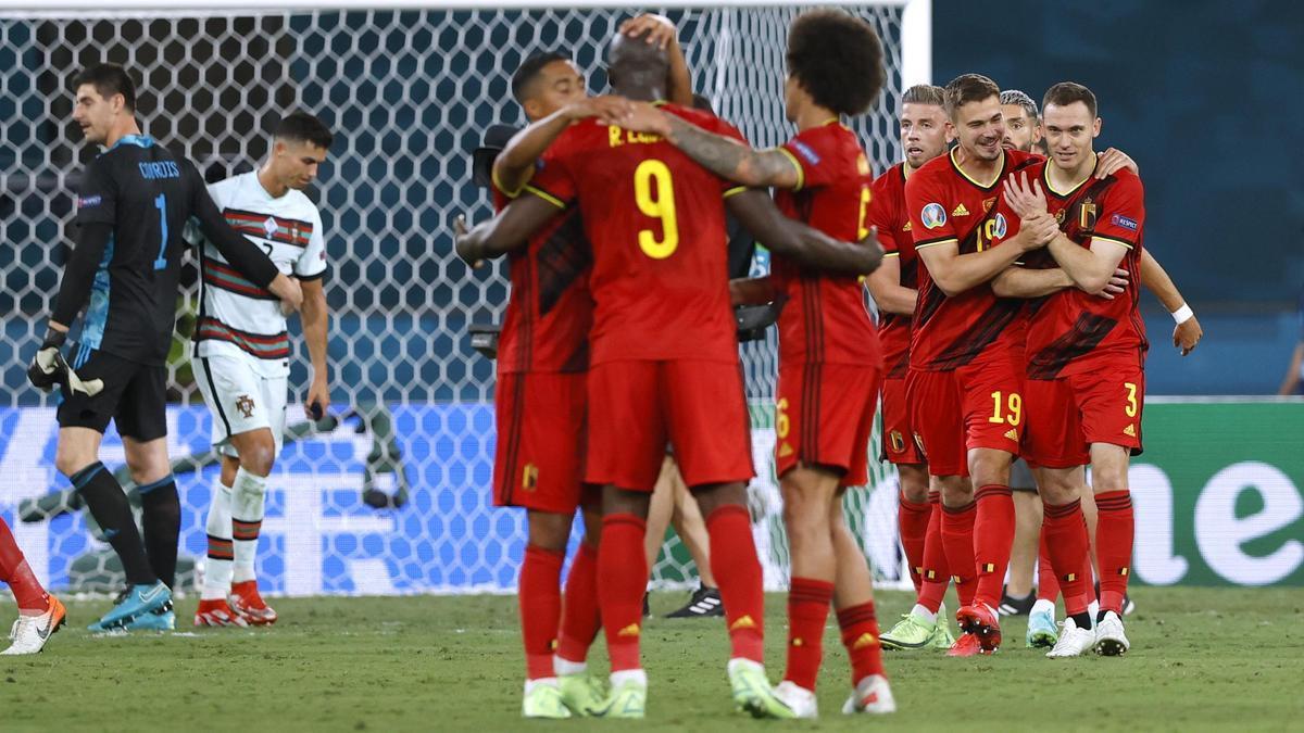 Los jugadores de Bélgica celebran su pase a cuartos de final.