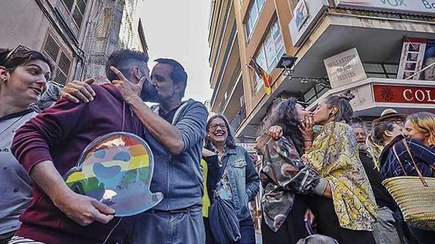 Kuss-Protest gegen die Rechtspartei Vox auf Mallorca