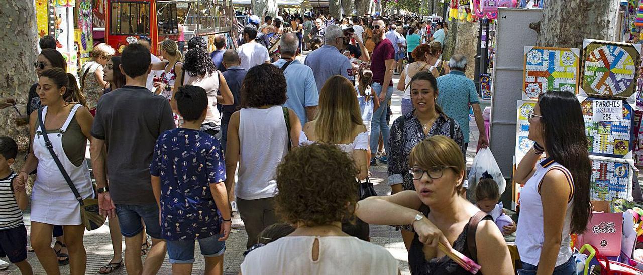 Visitantes paseando por la feria de Xàtiva, en una imagen de 2019 | PERALES IBORRA