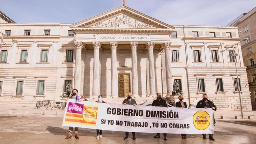 'Resistencia balear' despliega una pancarta con el lema 'Si yo no trabajo, tú no cobras' ante el Congreso