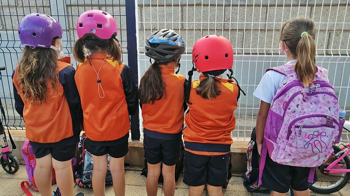 Algunos de los niños que acuden el centro con casco.