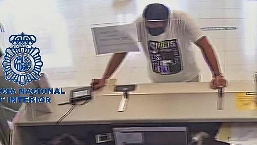 Suplanta a su padre para robarle 8.100 euros de su cuenta de un banco de Oviedo