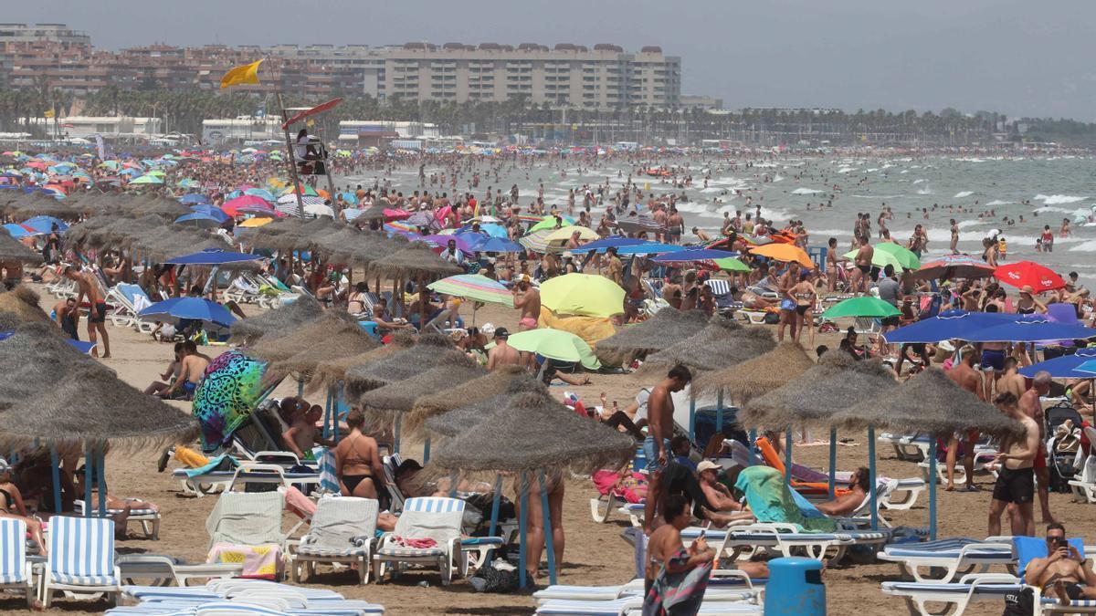 Playa de la Malvarrosa abarrotada este fin de semana