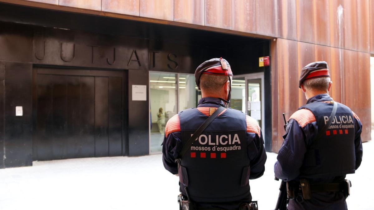 Pla mig de dos Mossos davant dels jutjats de Balaguer. Imatge del 28 de maig de 2021. (Horitzontal)